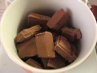 Nakoščkana čokolada pred prvim izletom v mikrovalovko.