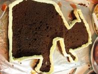 Na robove nabrizgala tanek in kak centimeter in pol visok zid iz maslene kreme.