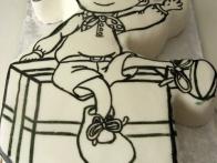 S čopičem in črno barvo sem najprej (ob gledanju na plonkceglc v naravni velikosti) na torto narisala Nodija.
