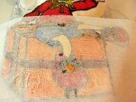Nato sem se lotila pobarvanke. Ker se je barva, ki sem ji dodala belo, prelivala, sem odvečno vlago popivnala z brisačkami.