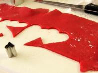 Iz ostankov razvaljanega marcipana sem z modelčki za piškote izrezala srčke.