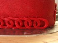 ... ob robu torte spletla čisto pravo verigo.
