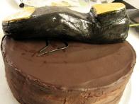 Stepko sem položila na torto na pristrižene slamice. Tu se vidi, da izpod nje lezejo vezalke.