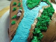 In z njim nabrizgala travo po torti.