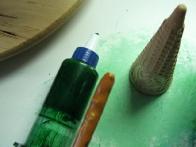 Za smrekico sem potrebovala zeleno sladkorno kremo, bobi palčko (ta je bila polnjena z arašidi, mmm :)) in kornet.