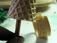 ... da je bobi palčka lepo stala v kornetu, ki sem mu odrezala spodnji del.
