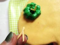 Nato sem v kupček postavila pestič iz zelenega fondanta in napol zapognjen trakec iz kremnega.