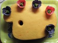 Vsi tulipani so postavljeni na torto.