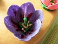 Bližnji posnetek vijoličnega tulipana kaže na razpoko ... s prostim očesem je pri delanju torte nisem opazila!