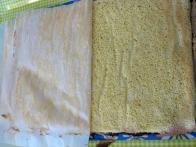 Prekrivanje s prvo plastjo torte doboš (peki papir samo odlepi dol).