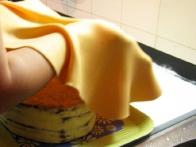 ... in tako sem fondant prenesla na torto.