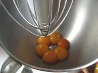 Jajca zmiksaj, med miksanjem jim dodajaj ...