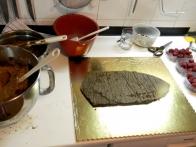 Zdaj na to položi prvi oblat v obliki viteške torte. (Ob strani vidiš maline, ki so prav tako romale v torto.)