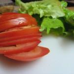 Narezinjen paradižnik in oprani solatni listi