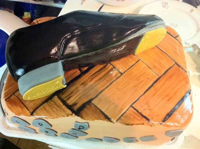 Stepka na parketu in kombinacija korakov ob strani torte
