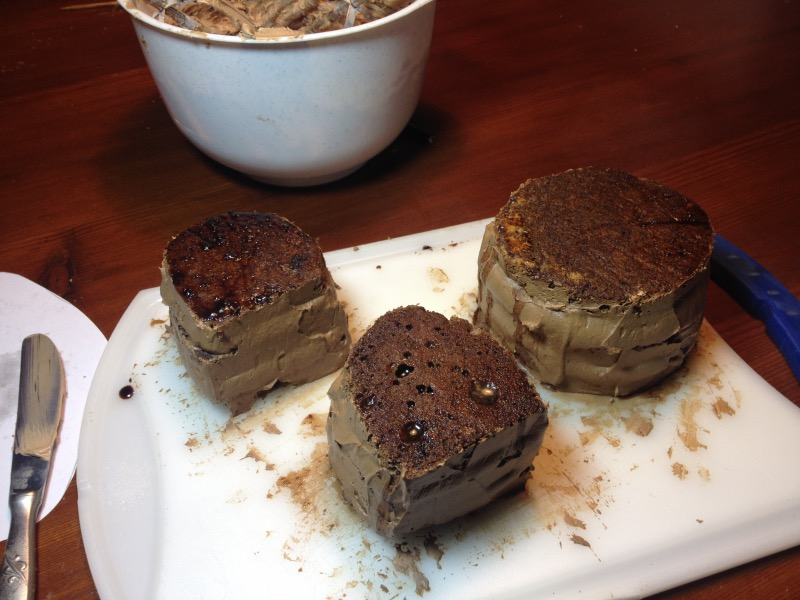 Mens sana s čokoladnim moussom, čokoladnim prelivom in, no, čokoladno masleno kremo naokoli pred odhodom v hladilnik