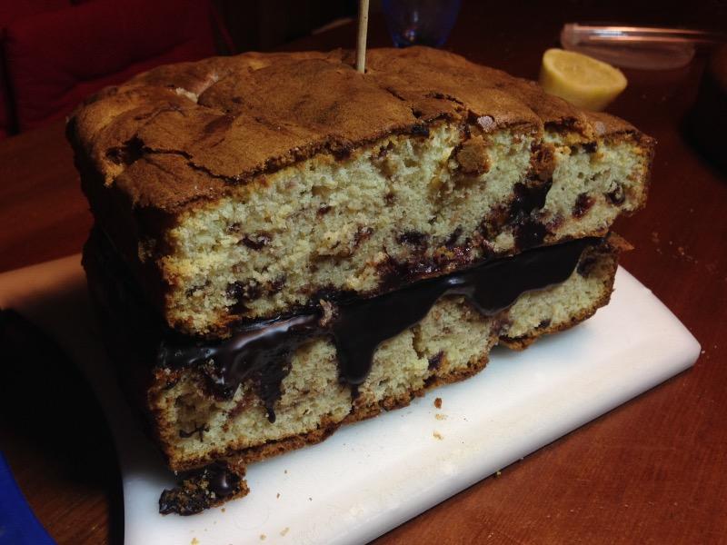 Obe polovici z jagodnim džemom obogatene funtne torte sem skupaj zlepila s čokoladnim ganachem in postavila v hladilnik za kakšno uro