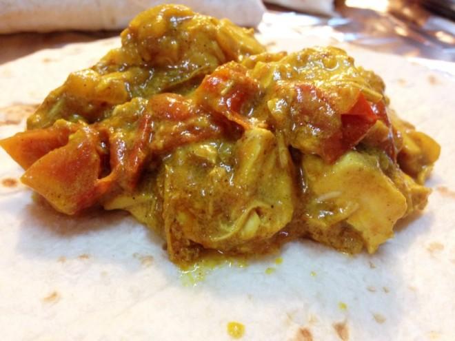 Pravi multikulti. ;) Piščančji curry na tortilji (pred zavijanjem).